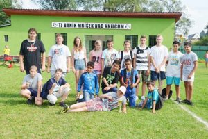Strieborné domáce družstvo. Vo finálovom zápase chlapci a dievčatá z Mníška nad Hnilcom (na snímke) prehrali o gól s Košicami a skončili na druhom mieste.