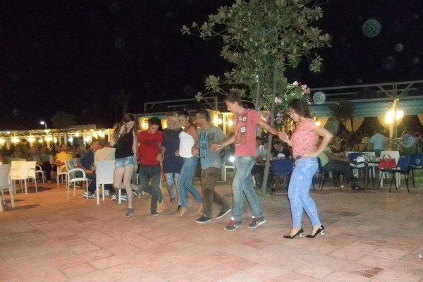 Pracovný pobyt v Albánsku. Júlia (štvrtá zľava) zabezpečovala dovolenkárom zábavu.