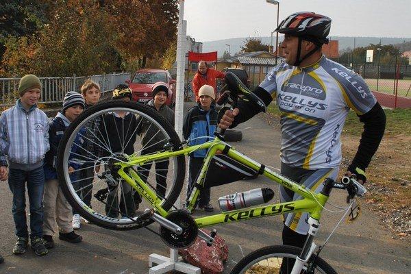 Deti s cyklistom Jarom. Poradil im, ako sa správne a bezpečne bicyklovať.