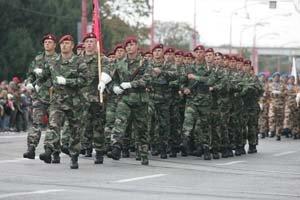 Vojenská prehliadka k 15. výročiu vzniku našej armády premiéra sklamala. Aj preto je ministerstvo obrany prvým rezortom, ktorý bude musieť pre nižšie dane šetriť.