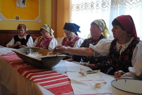 Páračky v podaní senioriek z Krompách.