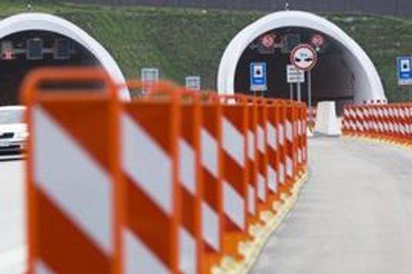 Jedným z dvoch diaľničných tunelov na Slovensku je Sitina.
