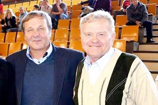 Stretnutie s Jánom Kozákom. Veľkou poctou pre zakladateľa turnaja Eduarda Kessela (vpravo) bola účasť reprezentačného trénera Jána Kozáka na jubilejnom 20. ročníku.