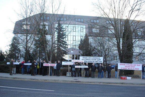 Protestujúci. Kritizovali rozhodnutie súdu.