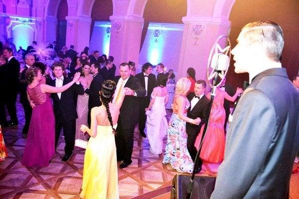 Najlepšia hudba za osemnásť rokov. Orchester Bratislava Hot Serenaders a skvelý disdžokej sa postarali o to, že tanečný parket bol stále plný až do rána bieleho.