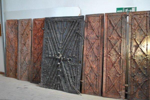 Železné okenice. Reštaurátori pracujú aj na obnove železných okeníc z budovy Spišského múzea v Levoči.