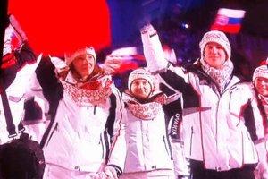 Prvá Spišiačka na otvorení zimných olympijských hier. Oči všetkých Helcmanovčanov boli v piatok upreté na slovenskú výpravu a hlavne ich rodáčku Vierku Gbúrovú (uprostred). Tá kráčala hneď vpredu za vlajkonosičom Zdenom Chárom.