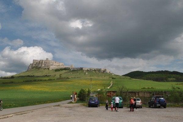 Cesta na Spišský hrad. Z mesta Spišské Podhradie smerom ku spodnej bráne hradu.