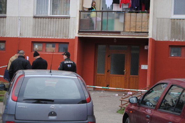 Miesto napadnutia. Na chodníku po útoku ostala krv na chodníku.