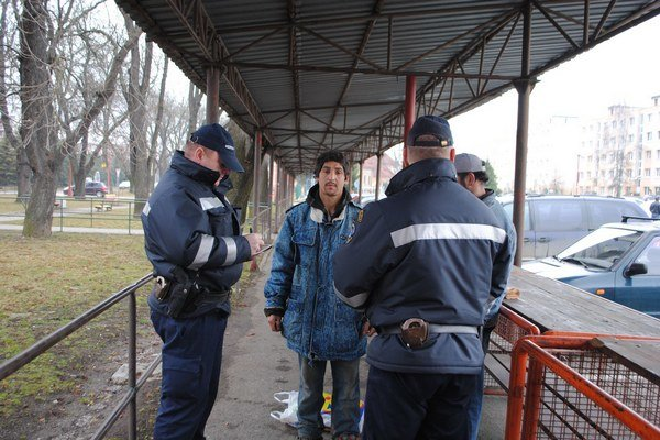 Mestská polícia. Dohliada na dodržiavanie mestského poriadku.