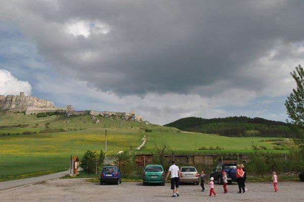 Parkovisko pod Spišským hradom. Vlani išlo do mestskej kasy z nájmu parkoviska 8 100 eur.