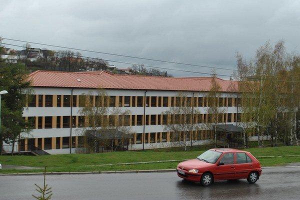 Základná škola na Francisciho ulici. V triedach mali oddeľovať rómske a nerómske deti. Primátor to popiera.