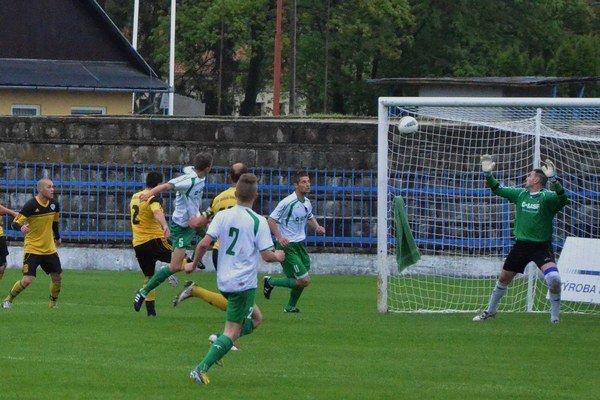 Gólová bodka. Spišiaci nastrieľali V. Revištiam štyri góly. Na snímke gólová bodka na 4:0 v podaní Slejzáka.