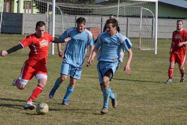 Futbal v Harichovciach žije. V Harichovciach privítajú v nedeľu prvé Kravany a na záver sezóny veľké hokejové hviezdy.