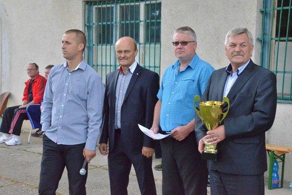 Predseda SOFZ Jaroslav Švarc (vpravo) mal so svojimi spolupracovníkmi ťažkú sezónu, ale všetko dopadlo k spokojnosti klubov.