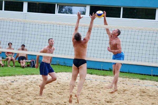 Víťazná dvojica. Dvojica Roško – Vartovník (vzadu) podávala na 16. ročníku plážového volejbalového turnaja najlepšie výkony a vo veľkom finále porazili bratov Ogurčákovcov.