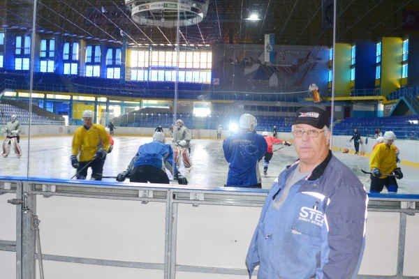 Štyri desaťročia. Viktor Jánošík (vpravo) v pondelok ráno odštartoval svoju 41. sezónu na zimnom štadióne v Spišskej Novej Vsi.