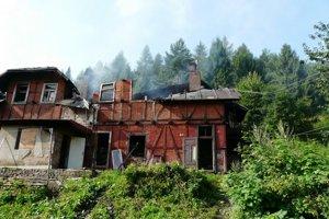 Zhorená bytovka. Je už neobývanou. Rodiny zatiaľ, bývajú v stanoch.