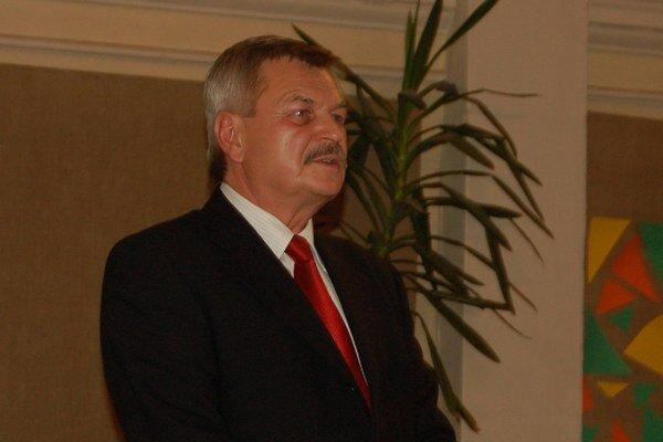 Riešenie problémov. Predseda SOFZ Jaroslav Švarc objasňuje veľa futbalových zákonitostí a pravidiel v spletitej situácii futbalu v regióne a snahy vytvoriť novú formu futbalového zväzu.