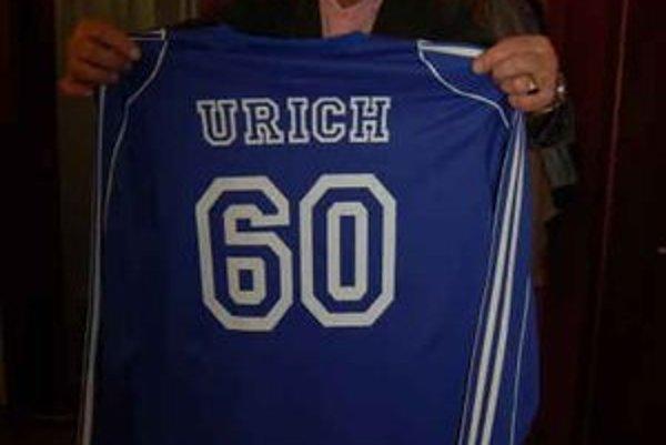 Najcennejší darček. Peter Urich dostal dres s číslom 60.