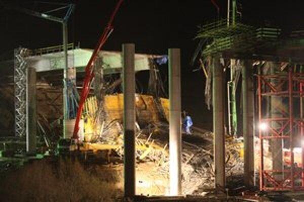 Zrútenie nosnej konštrukcie mosta počas výstavby pri Kurimanoch už vyšetruje polícia.