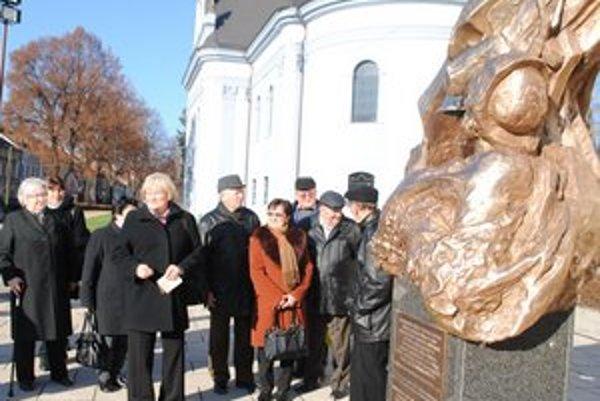 Členovia zväzu pri pamätníku prianí v Spišskej Novej Vsi.