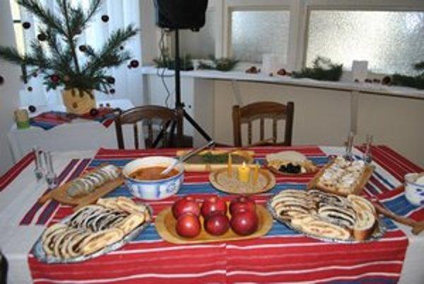 Štedrovečerný stôl. Tak akosi vyzeral stôl našich starých a prastarých rodičov.