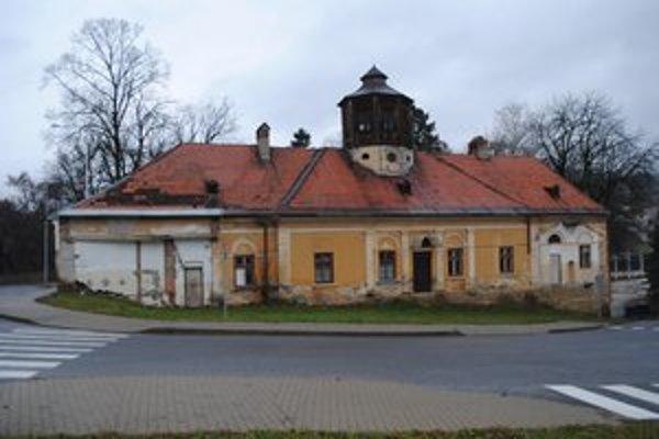 Aj táto budova, kde sídlilo centrum voľného času, je na predaj.