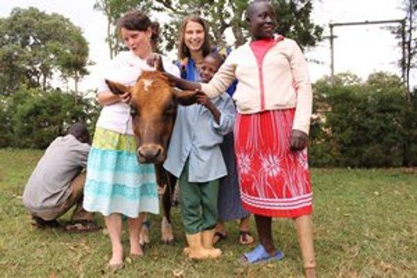 Ivanka (uprostred) s deťmi. Vľavo ďalšia dobrovoľníčka Monika.