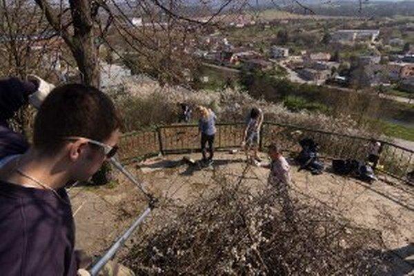 Z vyhliadky na Mariánskom vŕšku v Prievidzi je už konečne vidno.