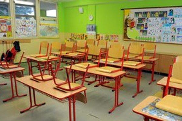 Chrípka útočí, triedy zívajú prázdnotou.