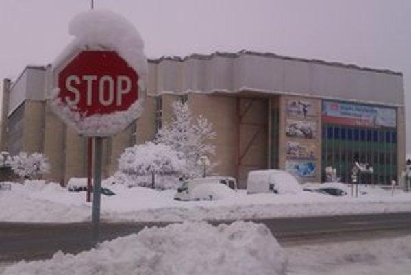 Odstavený zimák. Veľa snehu na streche spišskonovoveského zimného štadióna znamenalo prerušenie prevádzky.