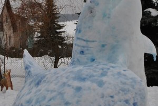 Žraloky. Branislav ich postavil zo snehu na dvore svokrovcov.