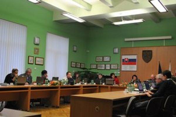 Poslanec Š. Klein patril k dlhoročným skúseným mestským politikom. Na snímke druhý zľava.