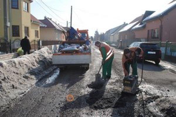 Cestári. Pre počasie môžu pracovať len so studeným asfaltom.