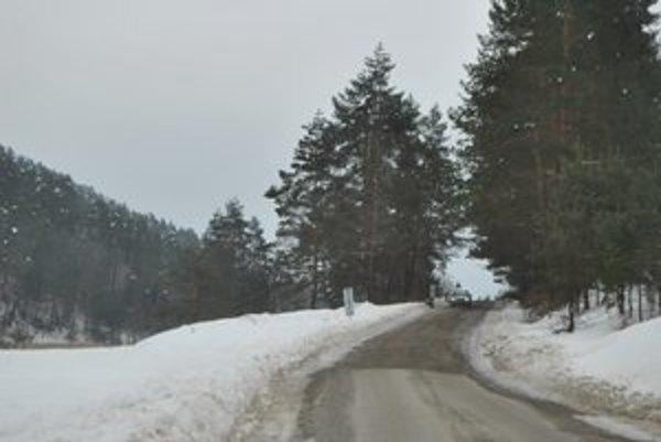 Cesta na hranici dvoch krajov. Leží na území Prešovského kraja, patrí však do správy Košického.
