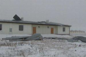 Veterná smršť vytrhla zo strechy veľký kus plechu.