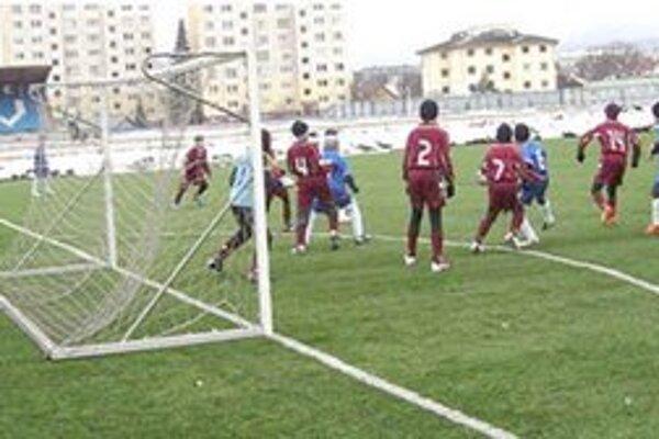 V nevľúdnom počasí odštartovali aj mládežnícke súťaže. Do jarnej časti vstúpili mládežnícke družstvá FK Sp. Nová Ves, počasie však futbalu nepraje.