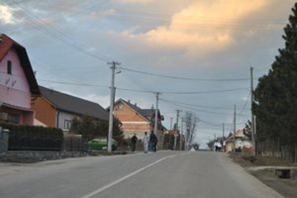 Nebezpečná cesta. Popri nej by mal viesť chodník pre miestnych i turistov.