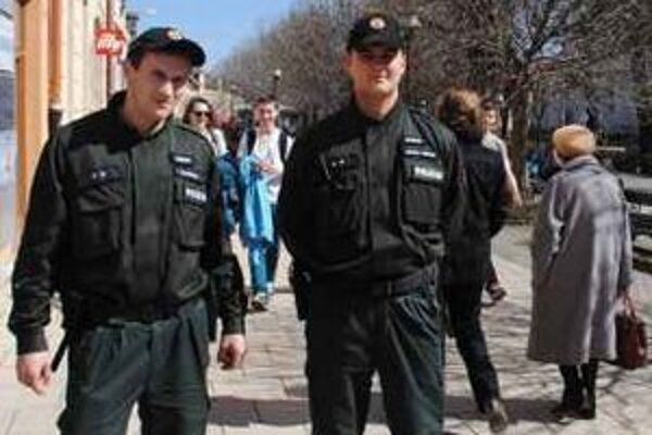 V uliciach. Policajti budú v Spišskej Novej Vsi hliadkovať aj peši.