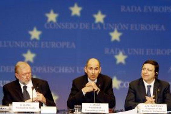 Slovinský premiér Janez Janša (v strede) a predseda Európskej komisie Jose Manuel Barroso počas záverečnej tlačovej besedy na summite lídrov únie v Bruseli.