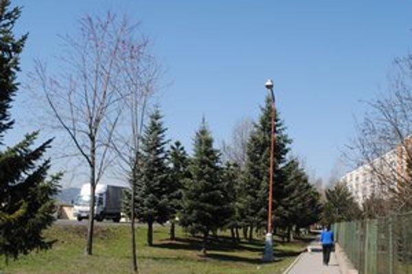 Lampy na sídlisku Západ. Sú nasmerované na zeleň.