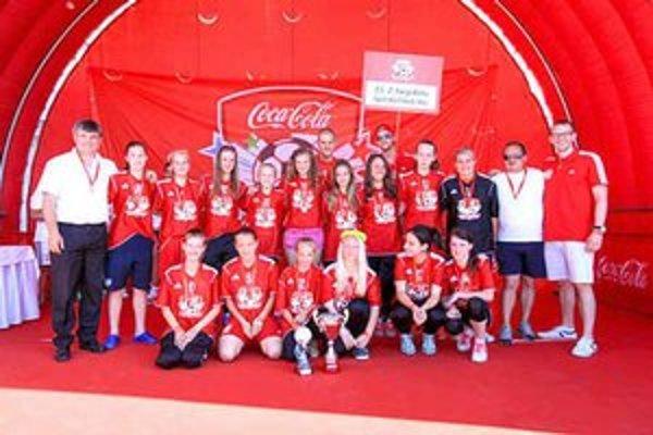 Druhé miesto pre dievčatá. Na finálovom turnaji Školského pohára dievčatá ZŠ Nejedlého opäť potvrdili, že patria medzi slovenskú špičku. Jeden gól vo finále ich stál celkové prvenstvo, na sníme spolu s Martinom Škrteľom.