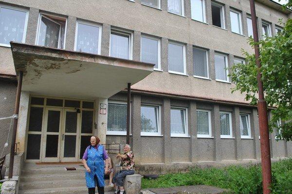 Bytovka na Starom jarku 31. Býva tu desať rodín. Nájomníkov trápia vysoké nedoplatky za vykurovanie.