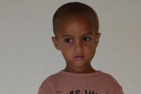 Opusteného štvorročného chlapčeka našli v noci policajti.