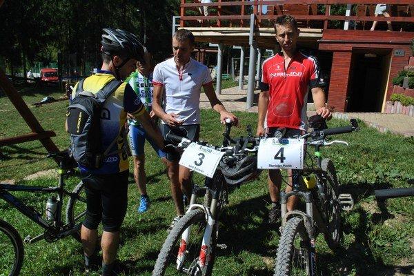 Juraj a Stanislav. Víťazi pri svojich bicykloch krátko po dojazde do cieľa.