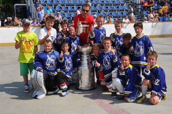 Pamätná spoločná snímka. Žiaci najmladšieho školského hokejového ročníka ZŠ Komenského mali tú česť hrať zápas s Bystričanmi o Stanleyho pohár a zvečniť sa s jeho majiteľom.