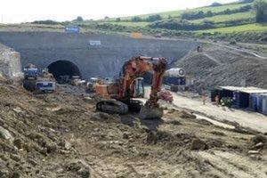 Výstavba diaľničného tunelu. Výbuch v ňom si vyžiadal ľudský život a päť zranených.