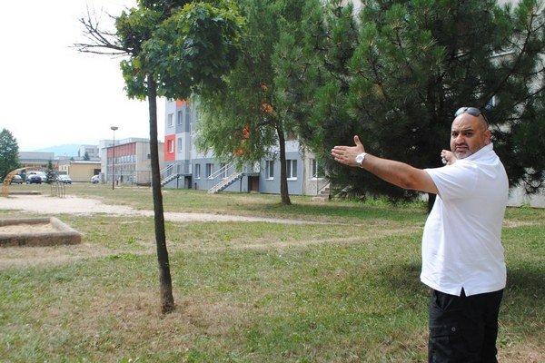 Predseda mestského výboru A. Akram. Na mieste, kde za pár dní začnú stavať parkovisko.
