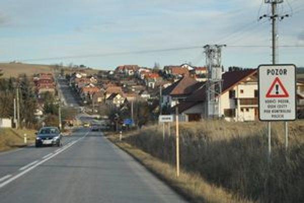 Sledovaný úsek. Na oboch vjazdoch do obce je umiestnená tabuľa so zvýšenou policajnou kontrolou.